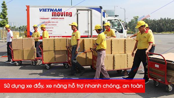 Vietnam Moving(Vinamoving).com sử dụng xe đẩy, xe nâng hỗ trợ chuyển nhà nhanh chóng an toàn