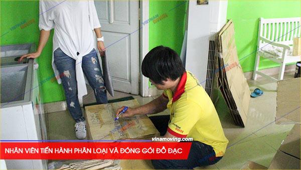 Nhân viên Vietnam Moving (Vinamoving) tiến hành phân loại và đóng gói đồ đạc trước khi vận chuyển