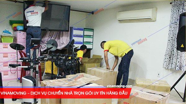 Chuyển nhà ở căn hộ chung cư Sacomreal Hùng Vương - Quận 6, TP Hồ Chí Minh, Những nhân viên dày dạn kinh nghiệm của Vinamoving đang hăng hay trong vông việc chuyển nhà của mình