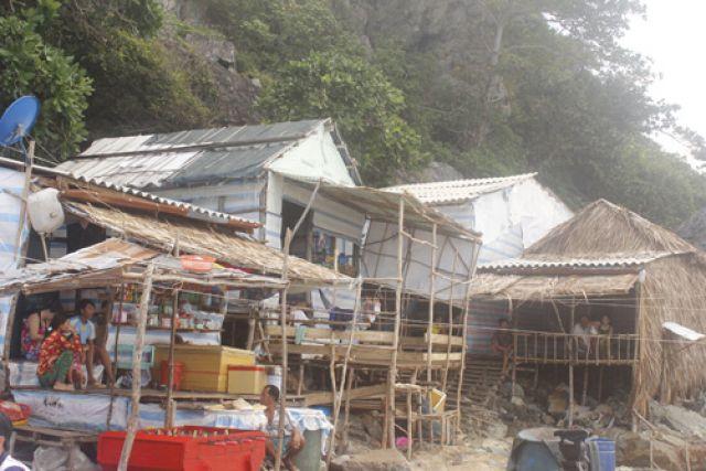 Dân ven biển khổ sở vì chuyển nhà theo mùa gió