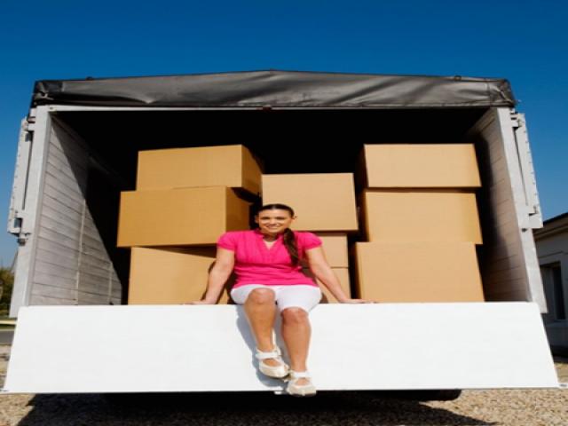 sắp xếp đồ lên xe vận chuyển khi chuyển nhà